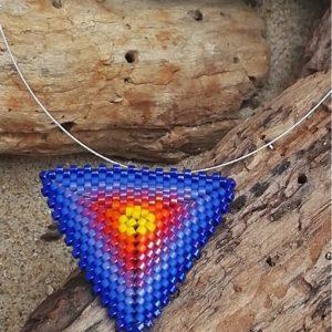 Collier Tissage Triangle sur Câble Lever de Soleil – Jaune, Rouge, Orange, Bleu, et Violet – Taille L