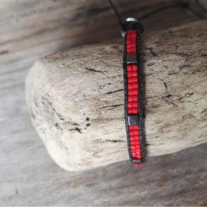 Bracelet wrap rouge lien de coton ciré noir et cube en hématite