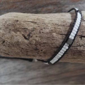 Bracelet wrap blanc lien de coton ciré noir – Mini perles et cube en hématite