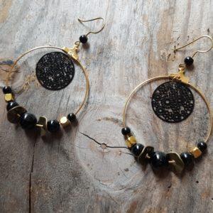 Boucles oreilles Ronde perles en Agate noire et doré – estampe fleur noir
