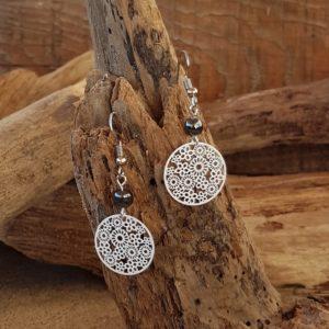 Boucles oreilles Pendantes perles en Hématite – estampe fleur blanc