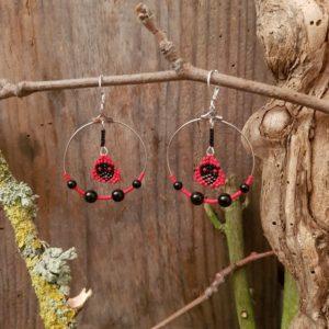 Boucles oreilles Rondes perles en Agate noire et Tissage – rouge et noir