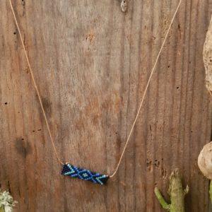 Collier Tissage Rectangle sur fil beige, Camaieu Bleu et Noir