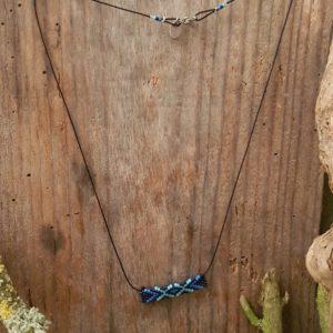 Collier Tissage Rectangle sur fil noir, Camaieu Bleu et Noir
