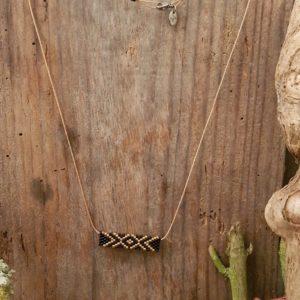 Collier Tissage Rectangle sur fil beige, Doré et Noir