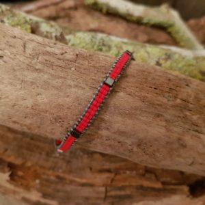 Bracelet wrap rouge lien de coton ciré gris et cube en hématite