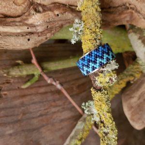 Bague large tissage zig zag camaieu bleu monté sur jonc ouvert en acier