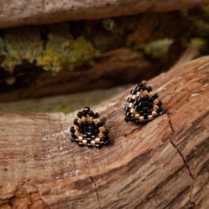 Boucles d'Oreilles Puces Tissage Triangle – Noir et Doré