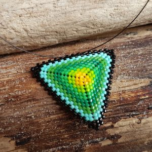 Collier Tissage Triangle sur Câble Jaune, Bleu, Vert et Noir – Taille L