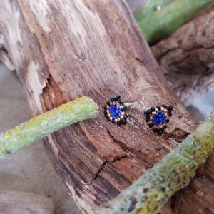 Boucles d'Oreilles Puces Tissage Triangle – Bleu Foncé, Noir et Doré