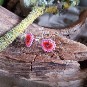 Boucles d'Oreilles Puces Tissage Écusson – Sucre d'Orge –  Rose Mauve Rouge et Orange