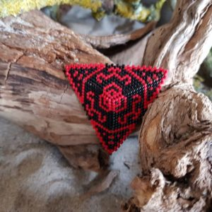 Broche Tissage Triangle – Rouge et Noir – Taille XXL