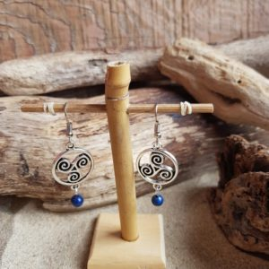 Boucles d'Oreilles pendantes simples – Triskel et Lapis Lazuli