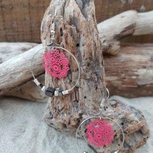 Boucles oreilles Rondes cubes en Hématite et estampe fleurs rose