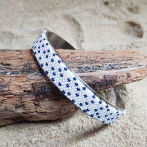 Bracelet tissage petits points bleu sur fond blanc nacré monté sur jonc acier