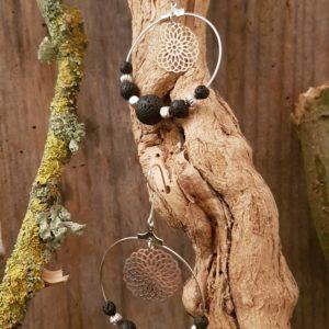 Boucles oreilles Rondes perles en Pierres de Lave –  estampe rosace argent