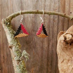 Boucles d'Oreilles Triangle Evidé Rouge Noir et Doré – Taille S