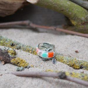 Bague fine tissage – Corail – zèbre – orange, saumon, vert pale, vert turquoise, argent et blanc sur jonc ouvert en laiton argenté