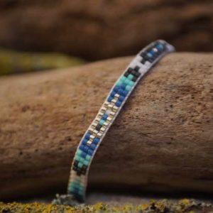 Bracelet tissage plat ethnique et wrap sur fil blanc – Lagon – Bleu, vert d'eau , gris foncé et argent
