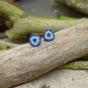 Boucles d'Oreilles Puces Tissage Écusson  –  Océan Atlantique – Beige, Bleu foncé et Bleu Roi- Taille S