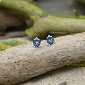 Boucles d'Oreilles Puces Tissage Triangle –  Océan Atlantique – type 1 – Beige, Bleu foncé et Bleu Roi- Taille S