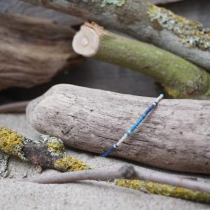 Bracelet simple rang – type 2 – perles Miyuki sur câble fin – Océan Atlantique – Beige, Bleu foncé et Bleu Roi