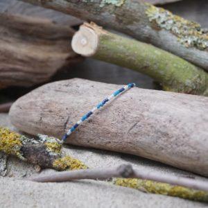 Bracelet simple rang – type 3 – perles Miyuki sur câble fin – Océan Atlantique – Beige, Bleu foncé et Bleu Roi