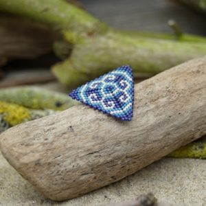 Broche pins tissage triangle – Océan Atlantique – Beige, Bleu foncé et Bleu Roi Taille L