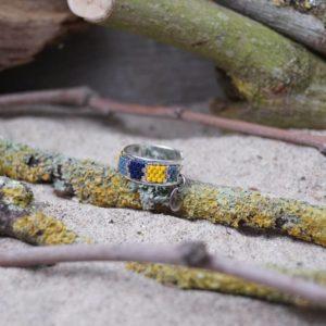 Bague fine tissage – Pagolin – zèbre – Bleu marine, gris bleu, jaune et argent sur jonc ouvert en laiton argenté