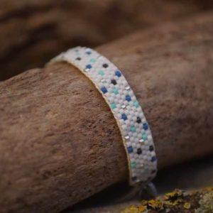 Bracelet tissage plat large – LAGON – points- Bleu, vert d'eau , gris foncé et argent sur fond Blanc – taille L