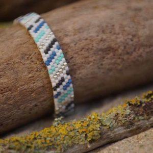 Bracelet tissage plat large – LAGON – Traits – Bleu, vert d'eau , gris foncé et argent sur fond Blanc – taille L