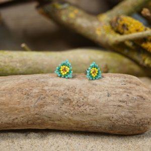 Boucles d'Oreilles Puces Tissage Triangle – type 2 – Bahia –  Vert, Turquoise, Jaune, et Doré – Taille S