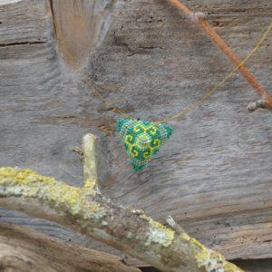 Collier Tissage Triangle sur Câble – Bahia – Vert, Turquoise, Jaune, et Doré – Taille L