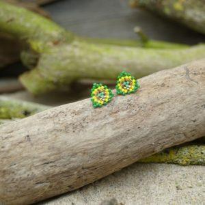 Boucles d'Oreilles Puces Tissage Triangle – type 1 – Bahia –  Vert, Turquoise, Jaune, et Doré – Taille S