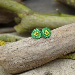 Boucles d'Oreilles Puces Tissage Écusson – type 2 – Bahia –  Vert, Turquoise, Jaune, et Doré – Taille S