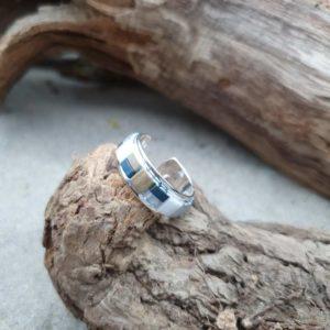 Bague fine perles carrées – Glacier- Ardoise, blanc et bronze multi reflets sur jonc ouvert en laiton argenté