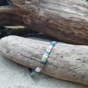 Bracelet  simple rang – Glacier – perles carrées –  Ardoise, Blanc, bronze reflets