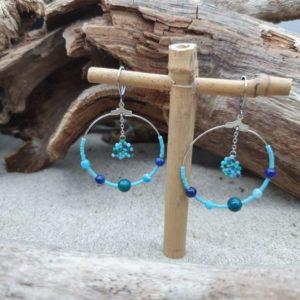Boucles d'Oreilles Rondes mini perles –  Lagon – vert foncé, vert turquoise, bleu ciel, gris – Agate bleue, Lazulite, Chrisocolla