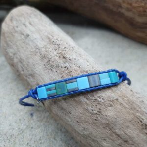 Bracelet  Rectangle Wrap cuir bleu – Lagon – perles carrées – vert foncé, vert turquoise, bleu ciel, bleu roi, gris