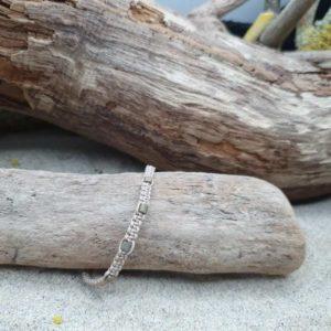 Bracelet Macramé épais  – fil beige – gros cubes bronze