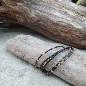 Bracelet simple rang – lot de 6 – Noir et Doré  – minis perles sur câble fin – Noir, Doré